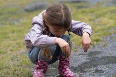 Dziecko bawić się w kałuży Fotografia Stock