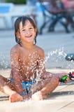 Dziecko bawić się w wodzie Zdjęcia Stock