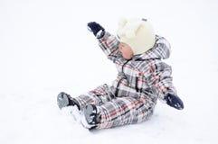 Dziecko bawić się z śniegiem w zimie Obrazy Stock