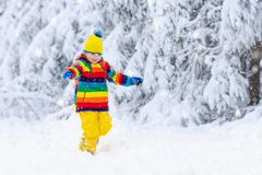 Dziecko bawić się z śniegiem w zimie dzieciaki dzieciak zdjęcie royalty free