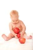 Dziecko bawić się z czerwonymi jabłkami Obrazy Royalty Free