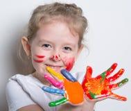 dziecko bawić się z jaskrawym zdjęcie stock