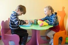 Dziecko bawić się z jego stołem przy obraz royalty free