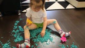 Dziecko bawić się z kinetycznym piaskiem w domu zbiory wideo
