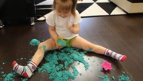 Dziecko bawić się z kinetycznym piaskiem w domu zdjęcie wideo