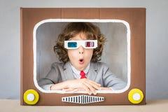 Dziecko bawić się z kreskówką TV Fotografia Royalty Free