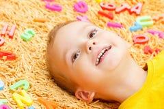 Dziecko bawić się z listów zaczynać rok Fotografia Stock