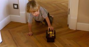 Dziecko bawić się z maszyną na drewnianej podłodze zdjęcie wideo