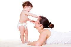 Dziecko bawić się z matką fotografia royalty free