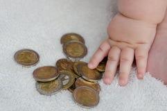 Dziecko bawić się z monetami Zdjęcie Stock