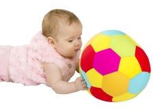 Dziecko bawić się z piłką Fotografia Royalty Free