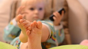 Dziecko Bawić się z telefonem