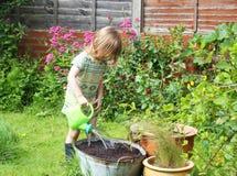 Dziecko bawić się z wąż elastyczny drymbą Zdjęcia Royalty Free