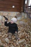 Dziecko bawić się z zabawka pistoletem Obrazy Royalty Free