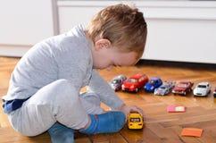 Dziecko bawić się z zabawka samochodami fotografia royalty free