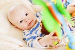 dziecko bawi? si? zabawk? zdjęcie royalty free
