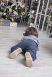 Dziecko berbeć czołgać się prezenty Fotografia Stock