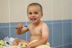 dziecko berbecie szczotkuje zęby dzieciak chłopiec zdrowy pojęcie Child& x27; s Stomatologiczna higiena Chłopiec szczotkuje jego  zdjęcie royalty free