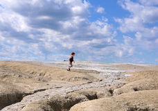 Dziecko bieg między ziemią i niebem Zdjęcia Stock
