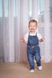 Dziecko bieg wokoło pokoju z radością Zdjęcie Royalty Free