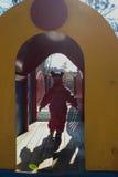 Dziecko biega dom Zdjęcia Stock