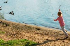Dziecko biega na wybrzeżu w piasku fotografia stock