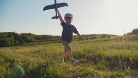 Dziecko biega z zabawkarskim samolotem w jego r?ce zbiory
