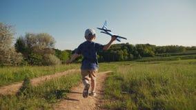 Dziecko biega z zabawkarskim samolotem w jego r?ce zdjęcie wideo