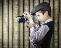 Dziecko bierze obrazki z rocznik kamerą Zdjęcia Royalty Free