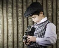 Dziecko bierze obrazki z rocznik kamerą Zdjęcie Royalty Free
