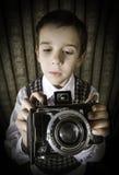 Dziecko bierze obrazki z rocznik kamerą Fotografia Stock