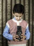 Dziecko bierze obrazki z rocznik kamerą Obraz Stock