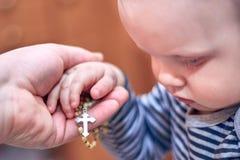 Dziecko bierze różana od jego taty ręki zdjęcia stock