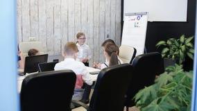 Dziecko biznesmeni pracuje i komunikuje w nowożytnym biurze zdjęcie wideo