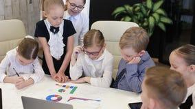 Dziecko biznesmeni Przy Biurowym Dyskutuje projektem zbiory