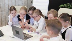 Dziecko biznesmeni Przy Biurowym Dyskutuje projektem zdjęcie wideo