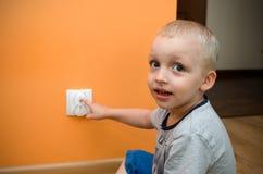 Dziecko blisko nasadka Elektryczna ochrona ac władza dla półdupków zdjęcia royalty free