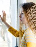 Dziecko blisko okno Zdjęcia Royalty Free