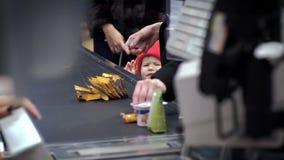 Dziecko blisko supermarket kasy płacze kupować on i żądania produkt zbiory wideo