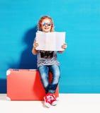 Dziecko blondynki dziewczyna z różową rocznik walizką i miasto kartografujemy gotowego Obraz Stock