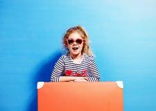 Dziecko blondynki dziewczyna z różową rocznik walizką przygotowywającą dla lata va Fotografia Royalty Free