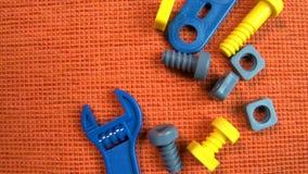 Dziecko budowy narzędzia na pomarańczowym tle podczas gdy zabawkarski samochód biega ilustracja wektor