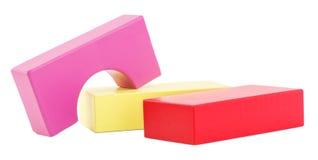 Dziecko budynek, drewniani bloki, geometryczne postacie brogować i odizolowywać na białym tle Zdjęcia Stock
