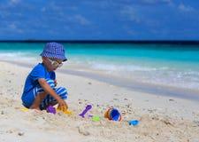 Dziecko budynku sandcastle na plaży obrazy stock