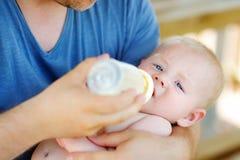 dziecko butelkę mleka spożywczego Zdjęcie Stock