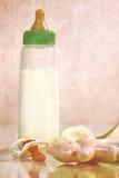 Dziecko butelka z mlekiem na kontuarze obrazy royalty free