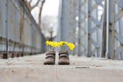 Dziecko buty z żółtymi kwiatami zdjęcie royalty free