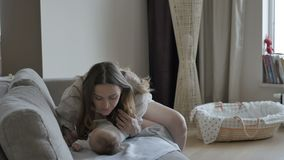 dziecko całkowicie szczęśliwy był słucha ona i jeżeli wizerunku całowania matka dziękować używać dokąd ty zbiory wideo