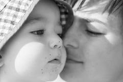 dziecko całkowicie szczęśliwy był słucha ona i jeżeli wizerunku całowania matka dziękować używać dokąd ty fotografia royalty free