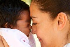 dziecko całowanie jej mama obraz royalty free
